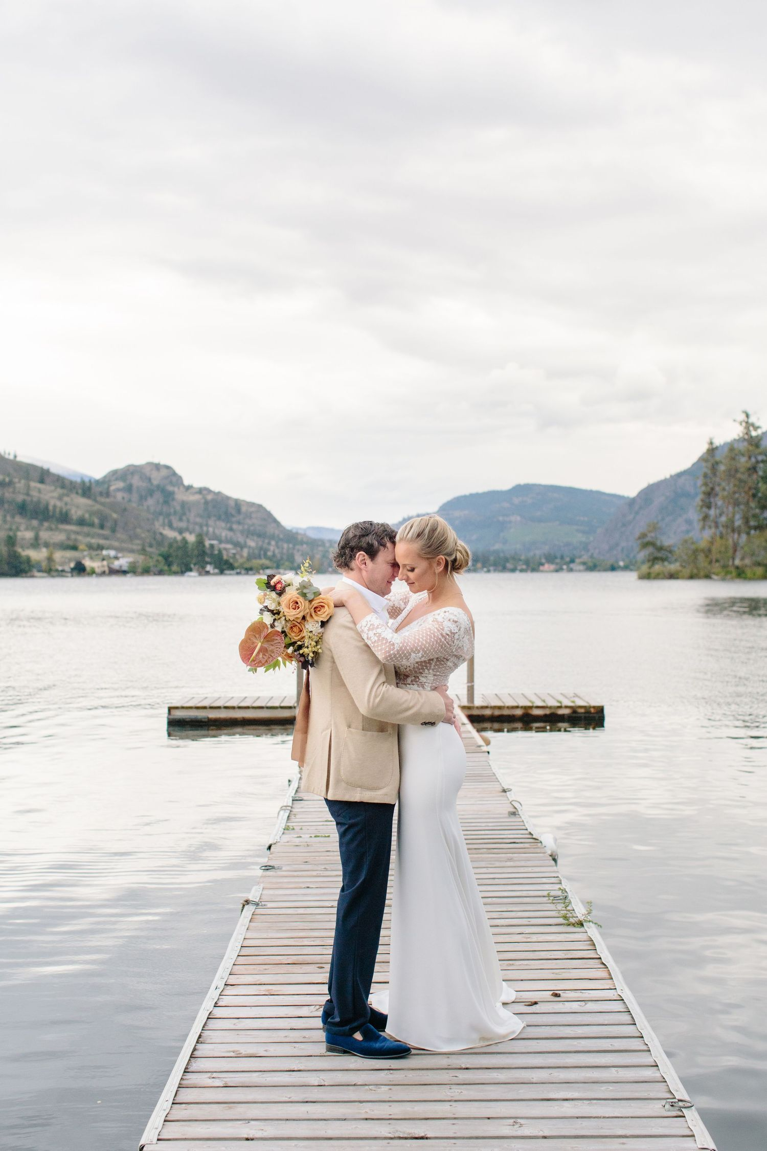 okanagan lake bride and groom