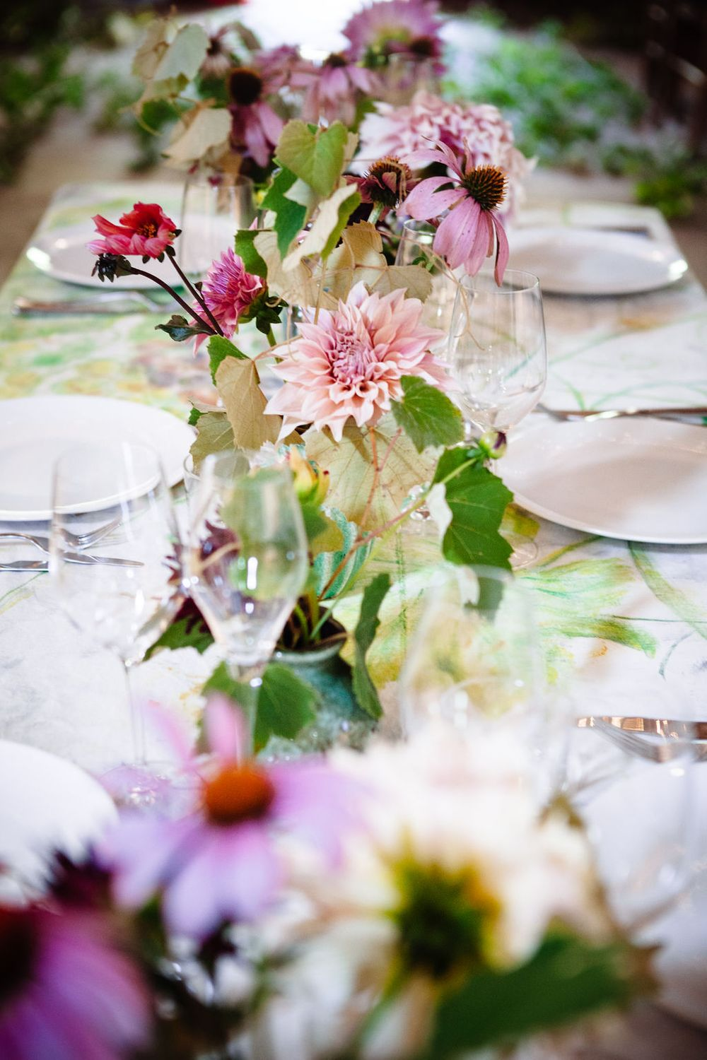 wedding photography in Tuscany inspiration flowers table setting grapevines pink