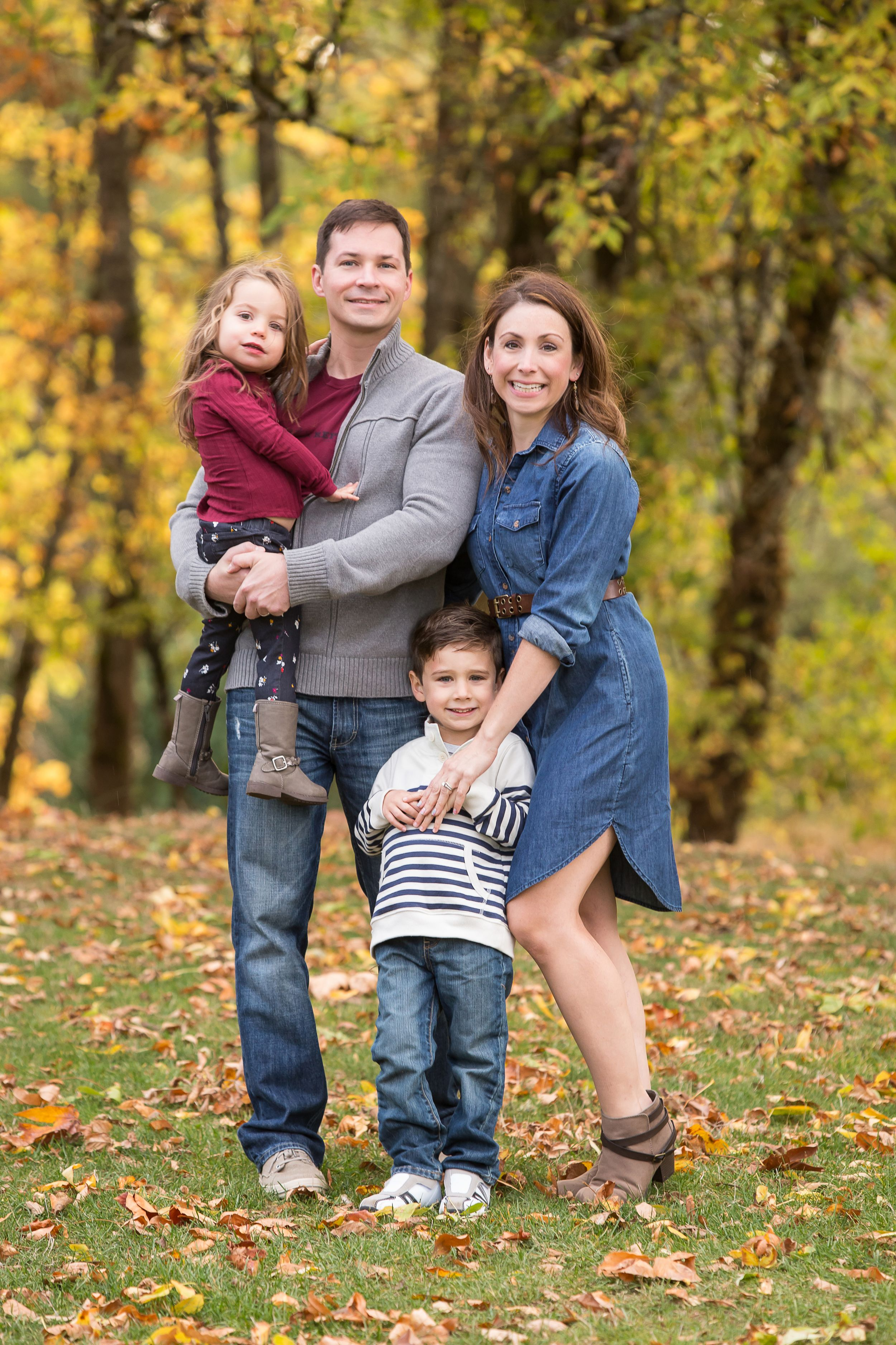 Family portrait at Monteith Park in Albany Oregon
