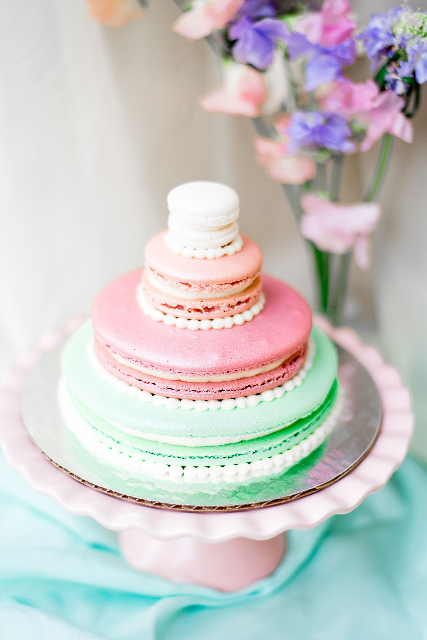 4-tiered cake of giant macarons in pink and green colors