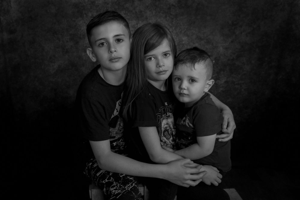 family photoshoot in studio, children, siblings, black and white, portraiture