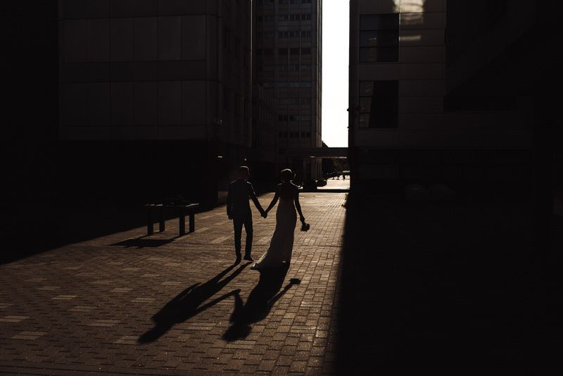 varjot shadows hääpari siluetti merihaka helsinki katu street silhouette wedding couple valo light