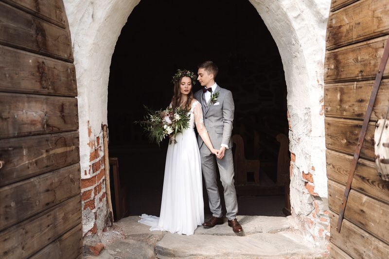 wedding couple portrait sastamala huittinen marian kirkko bohemian boho old doorway doors chapel church