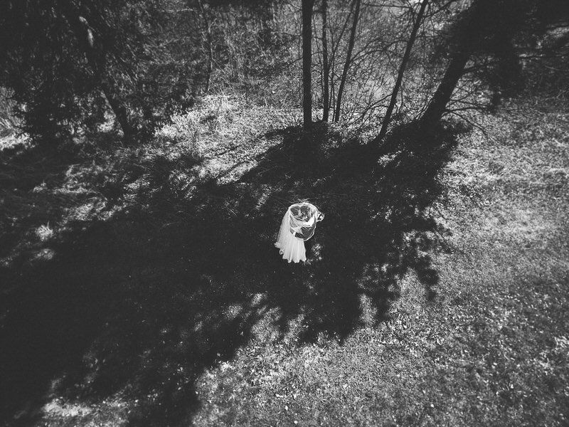 drone drooni ilmakuva hääpari wedding couple varjo shadow trees grass nurmikko mustavalko black white puu