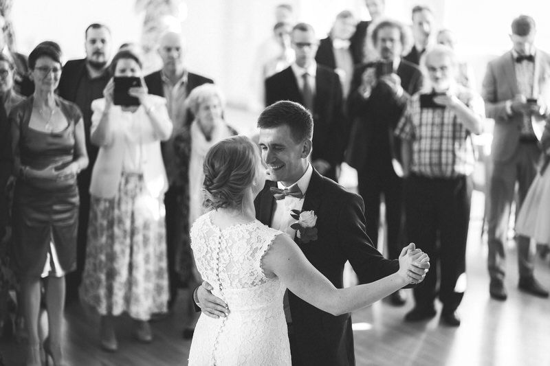 hääpari wedding couple photography dance tanssi walz crowd mustavalko black white