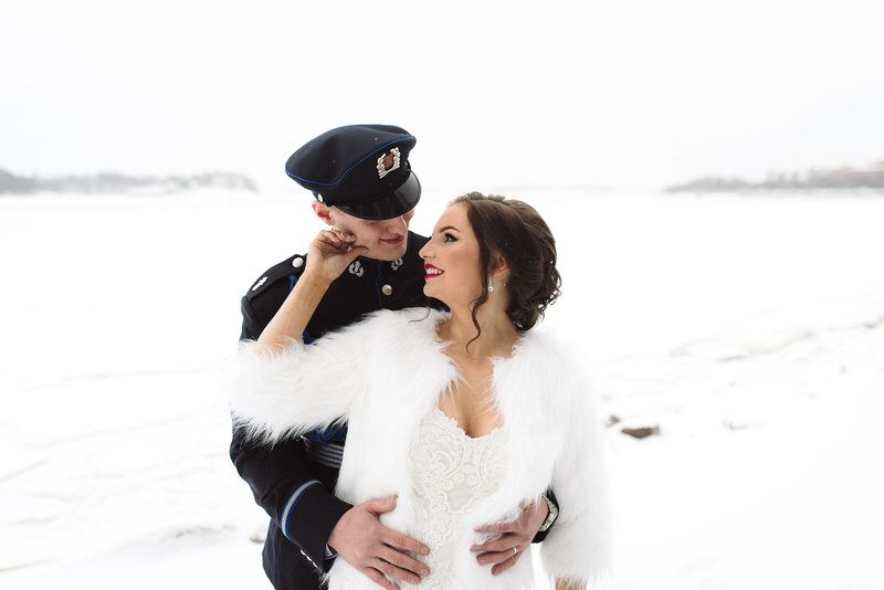 portrait potretti hääpari wedding couple photography talvi winter snowy snow luminen lumi poliisi uniformu uniform