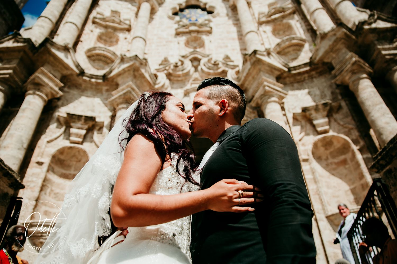Wedding couple kissing in front of a church in Havana