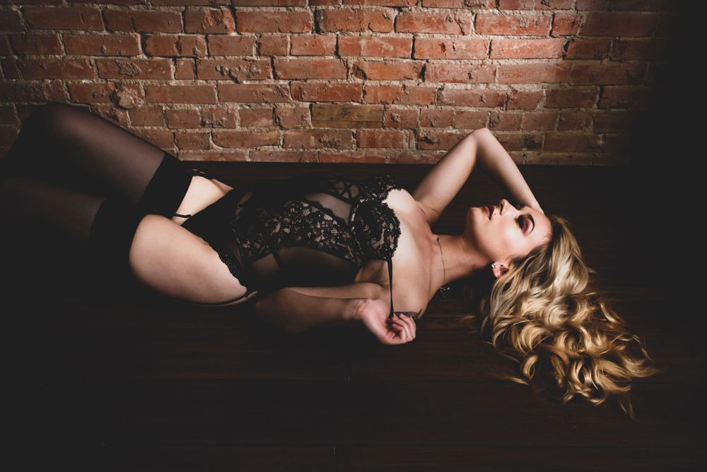 GIRL WITH GORGEOUS GOLDEN CURLS LYING ON THE FLOOR IN BLACK LINGERIE