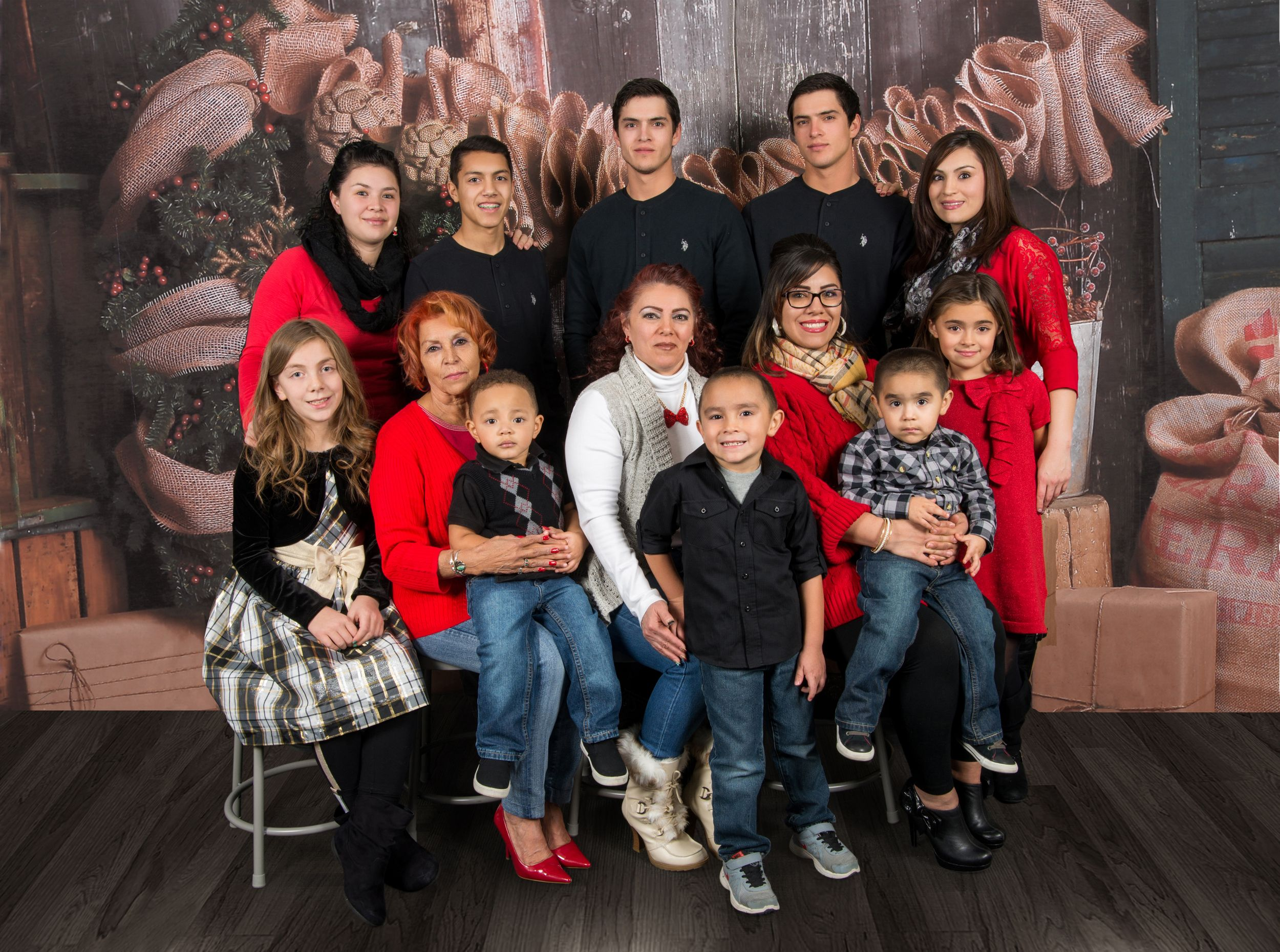 Extended Family of 13 for their Christmas Photo Session