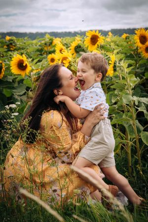 Zara Davis Photography Stroud Gloucestershire Cotswolds Family sunflowers mum kissing son