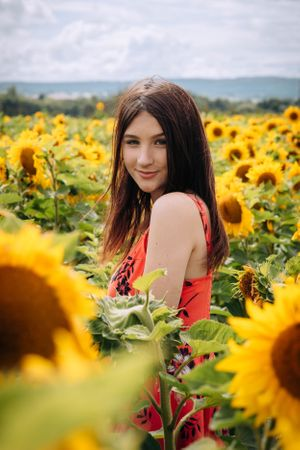 Zara Davis Photography Stroud Gloucestershire Cotswolds Family sunflowers teenage girl in flowers