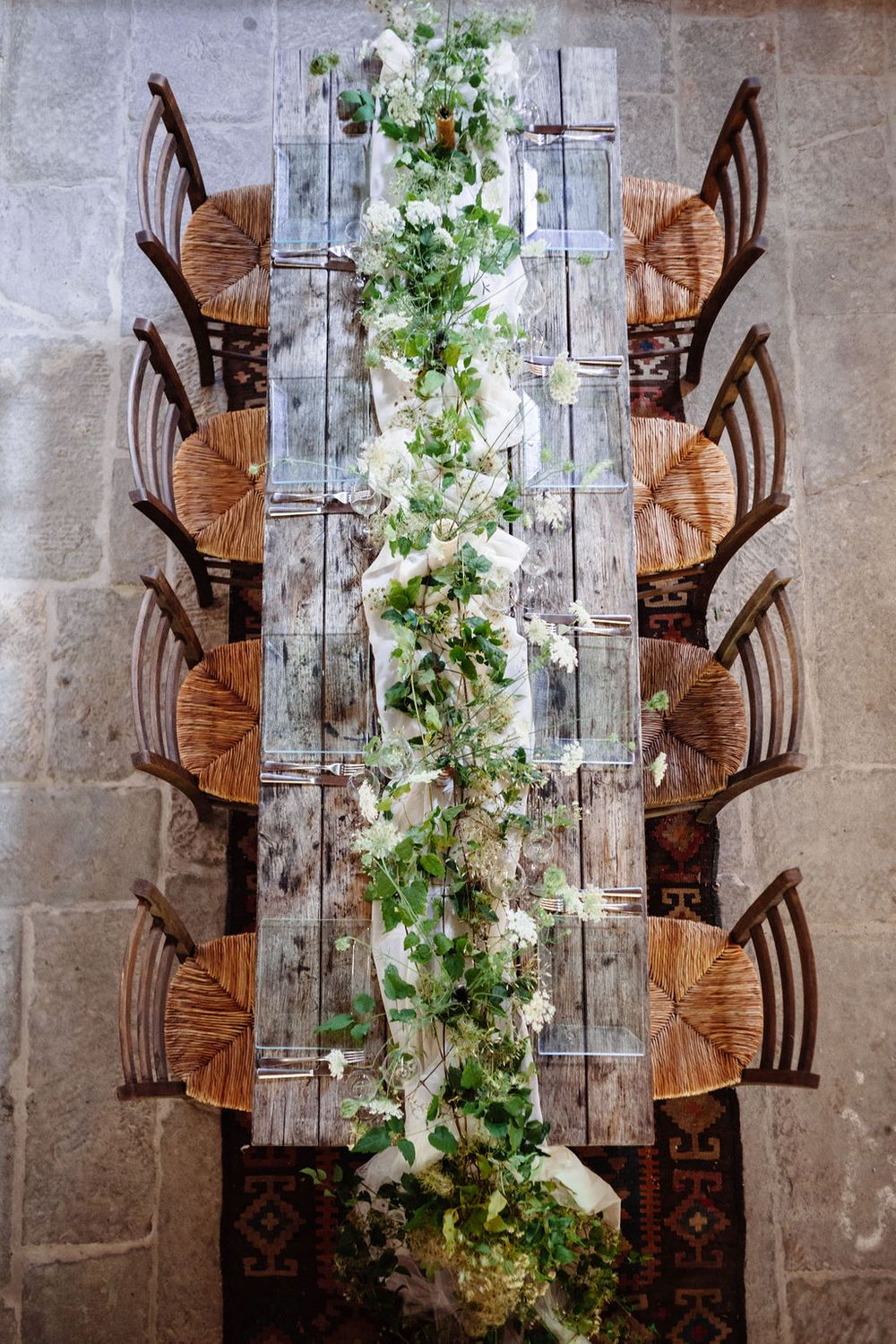 modern rustic table setting and floral arrangements for your wedding in Tuscany