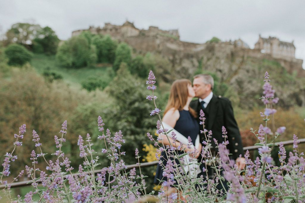 Wedding couple in front of Edinburgh castle