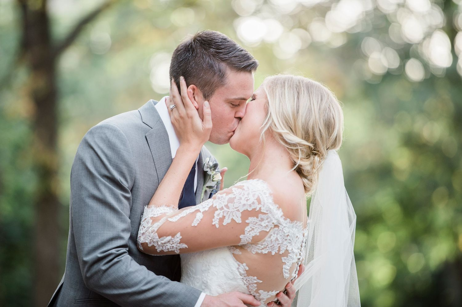 bride and groom kiss in Rittenhouse Square in Philadelphia