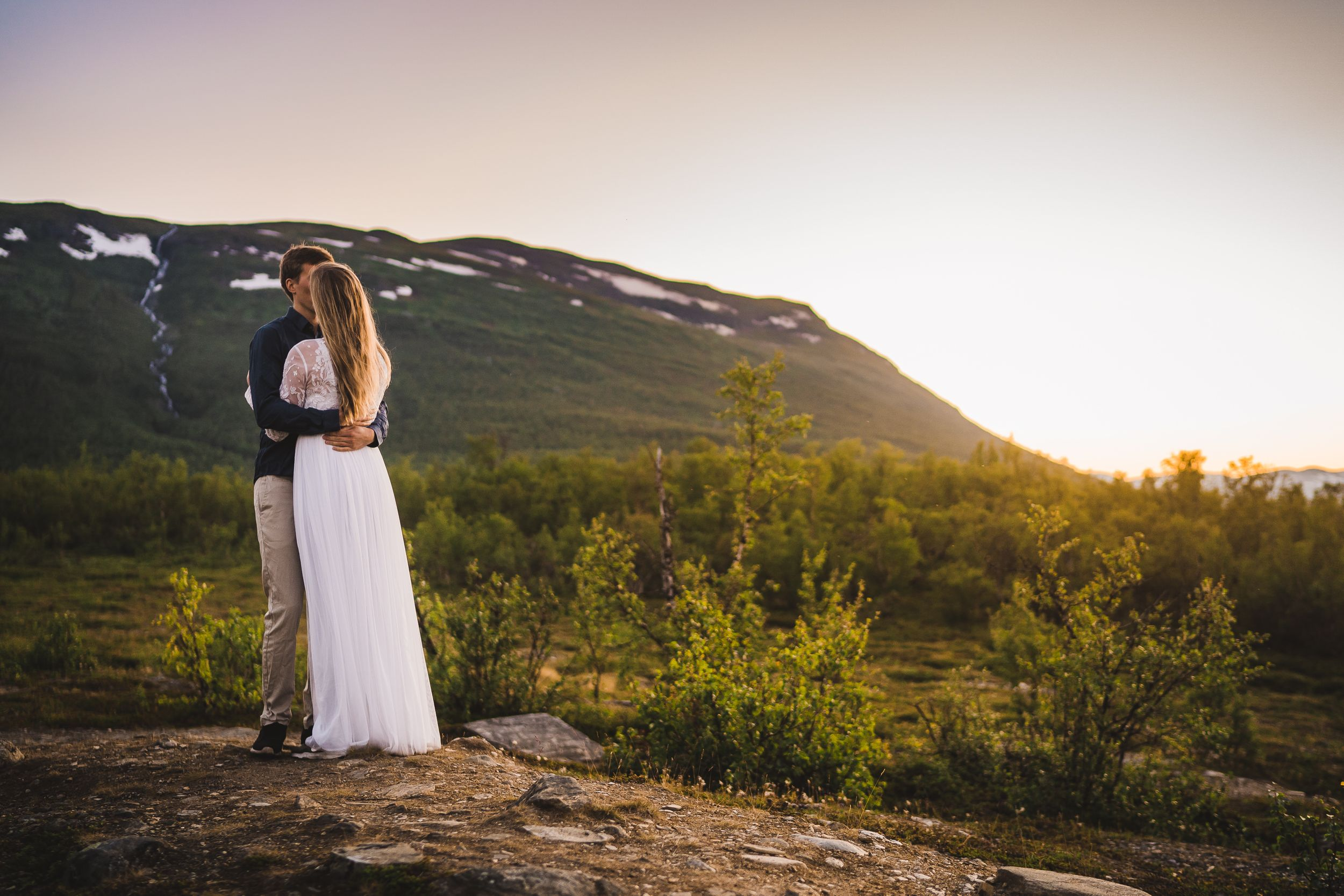 Photographer Maria Karlsson Swedish Adventure Elopement Couple and mountains in Norrland Bridal gown and flowers