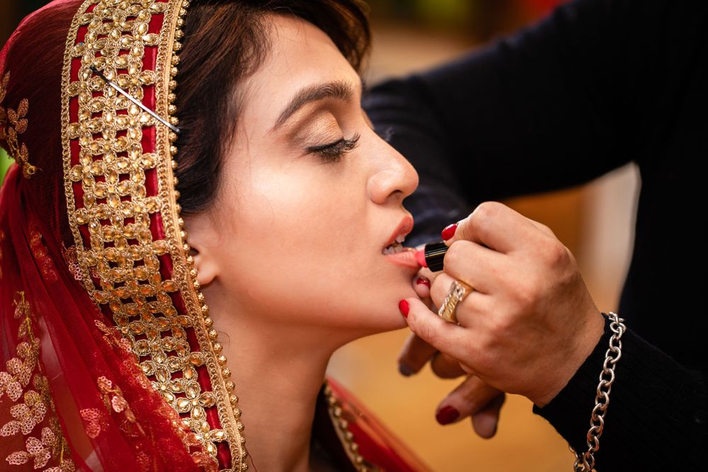 The main photograph of getting ready picture session on your wedding day should be with your make up artist.