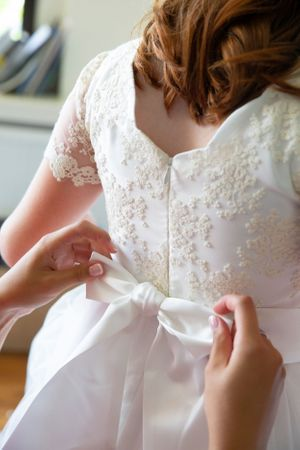 Dressing the bridesmaid wedding photography