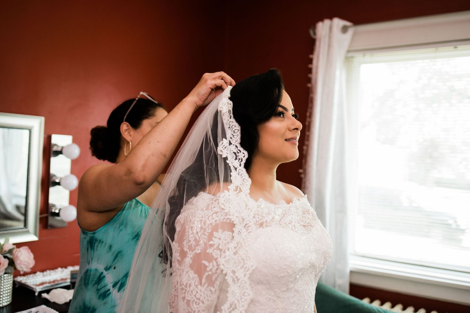 bride getting veil on