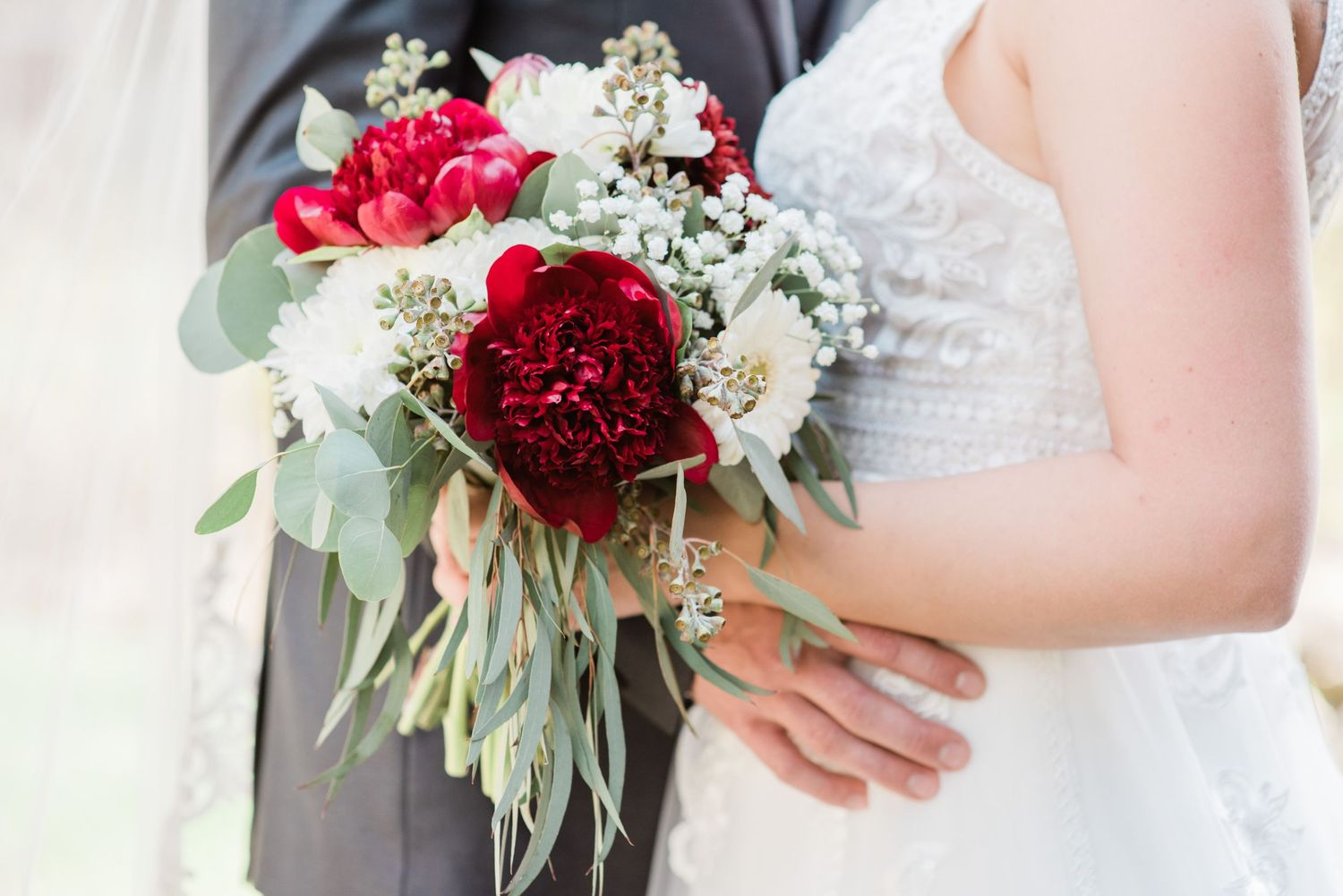 bouquet-red-flowers-small-covid-weddings