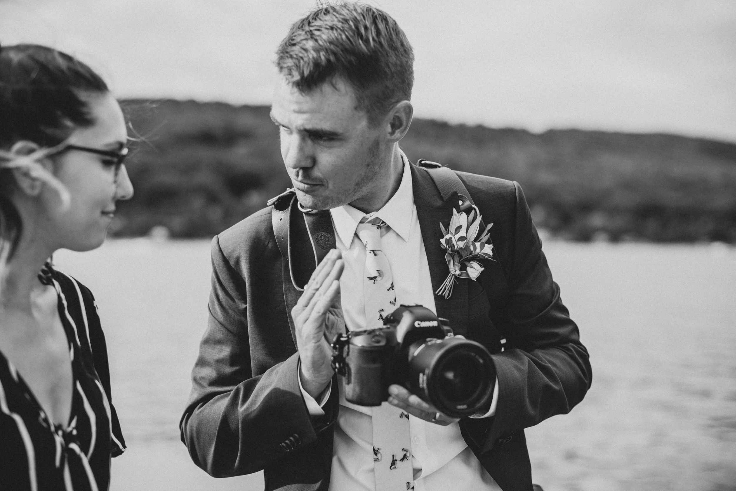Behind the scene with a photo-passionate groom