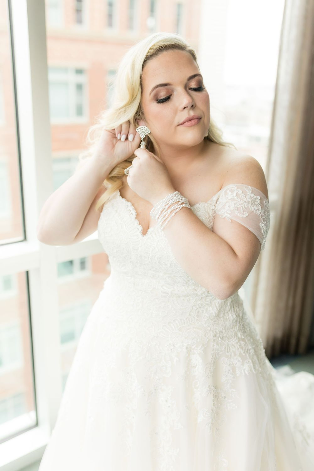 Bride getting ready at Aloft Hotel in Fort Worth.