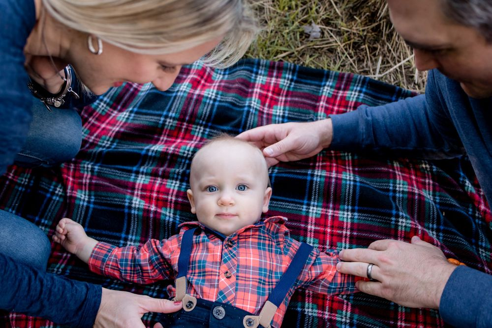 fall photos sewickley heights park mom dad baby on red plaid blanket