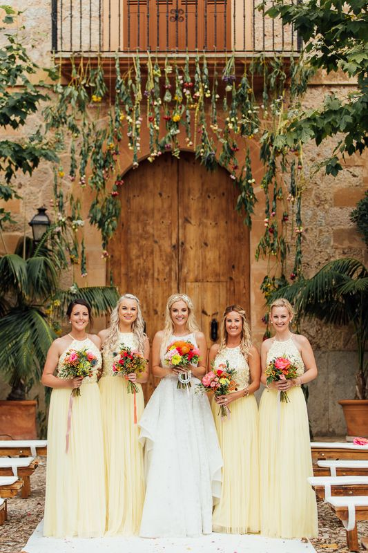 Bridesmaids in a colourful wedding, wearing yellow dresses, Son Tugores, Mallorca