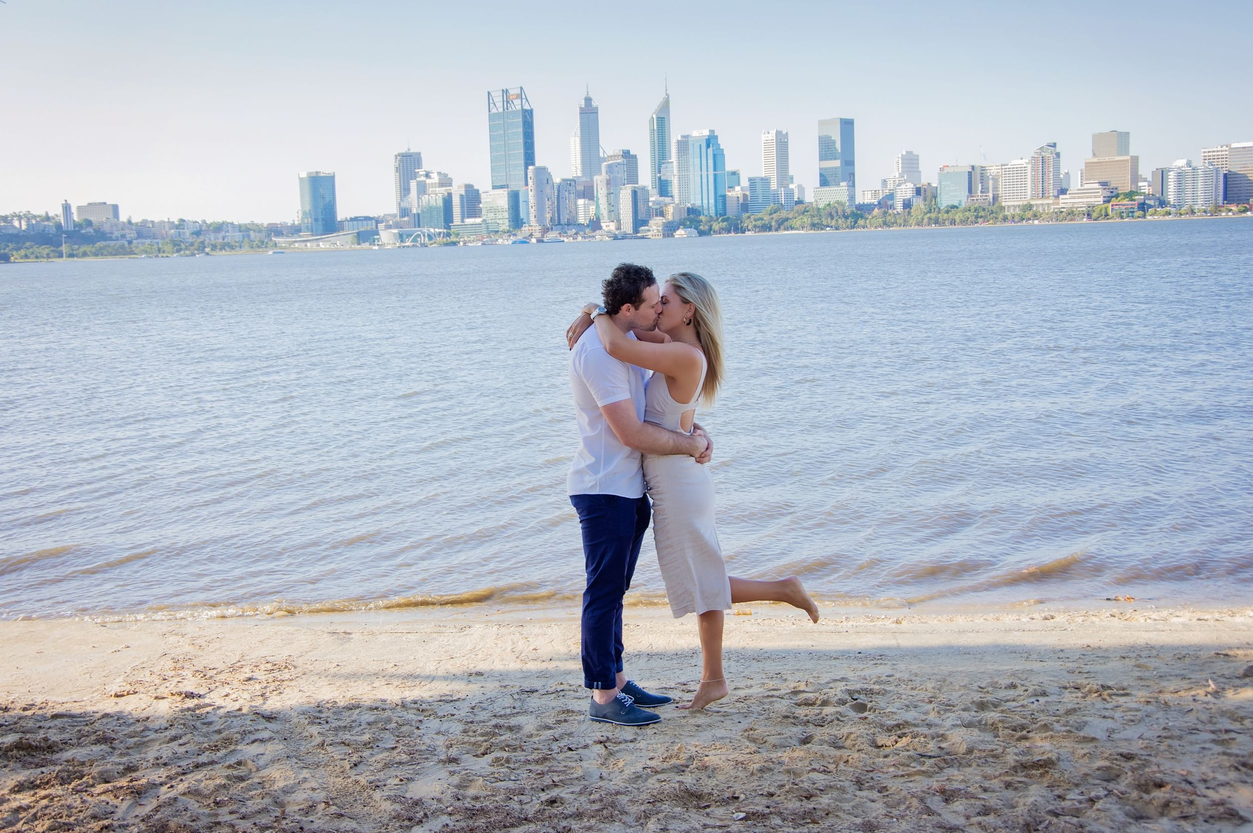 couple kissing infront of perth skyline