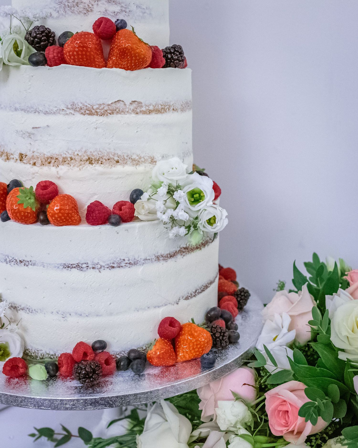 detail shot of the rustic wedding cake with berries as decoration