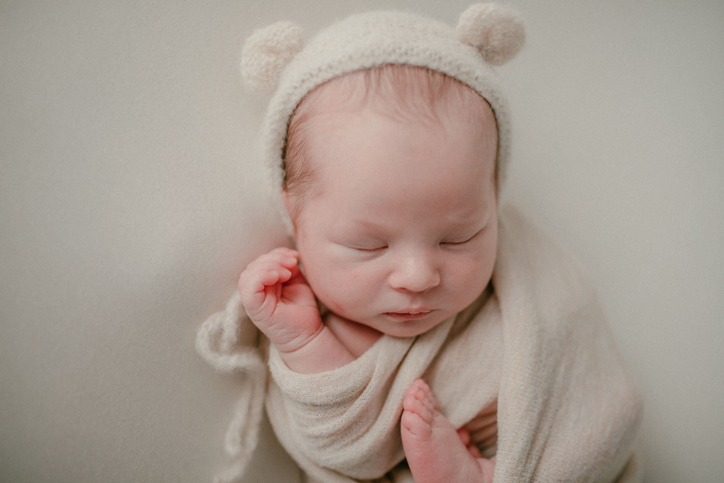 Newborn wrapped with bear hat | Newborn Photography