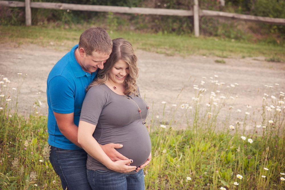 husband and wife pregnancy photos in field