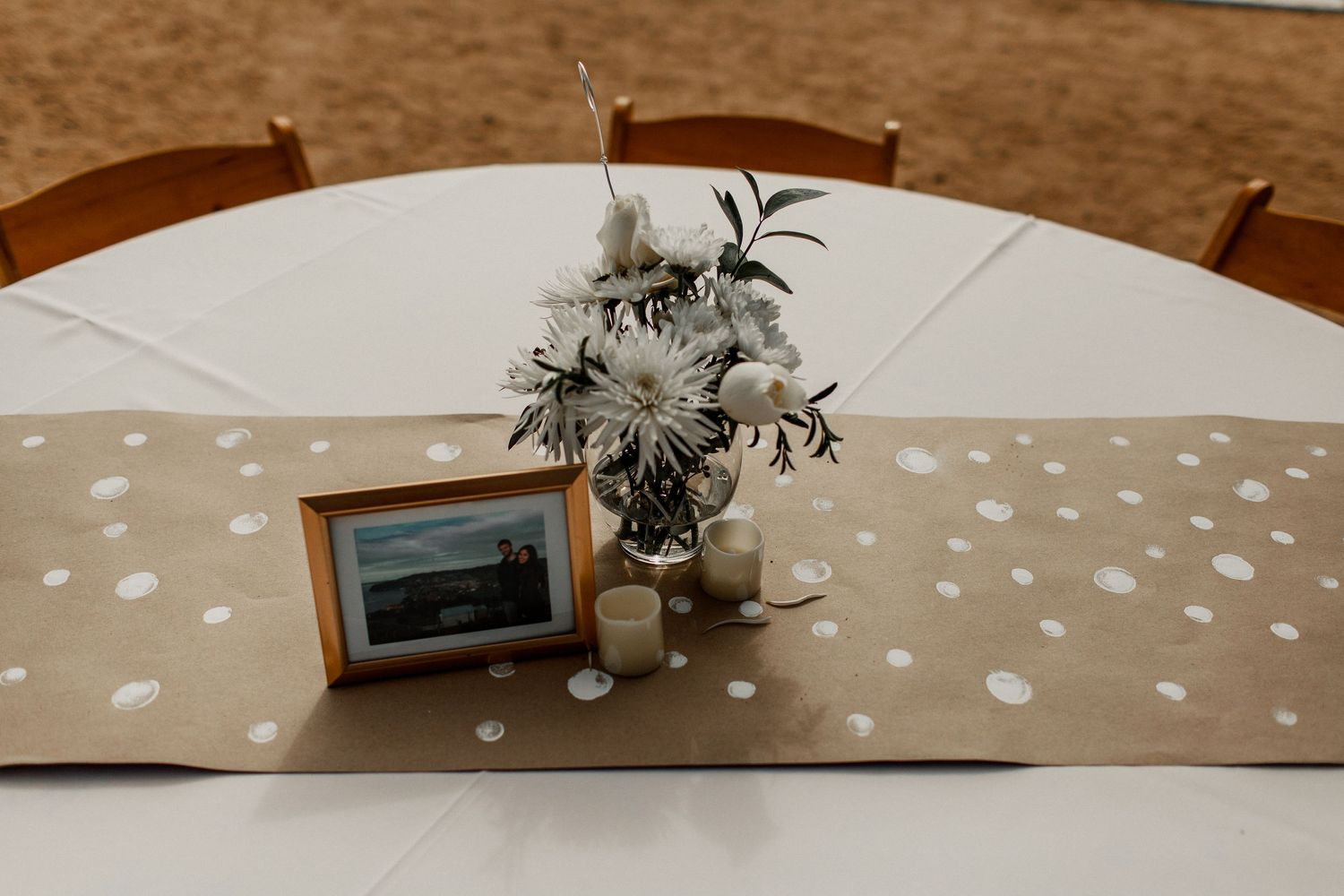 table decoration burlap with flowers and picture frame