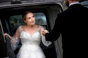 Bride arriving at a wedding by car