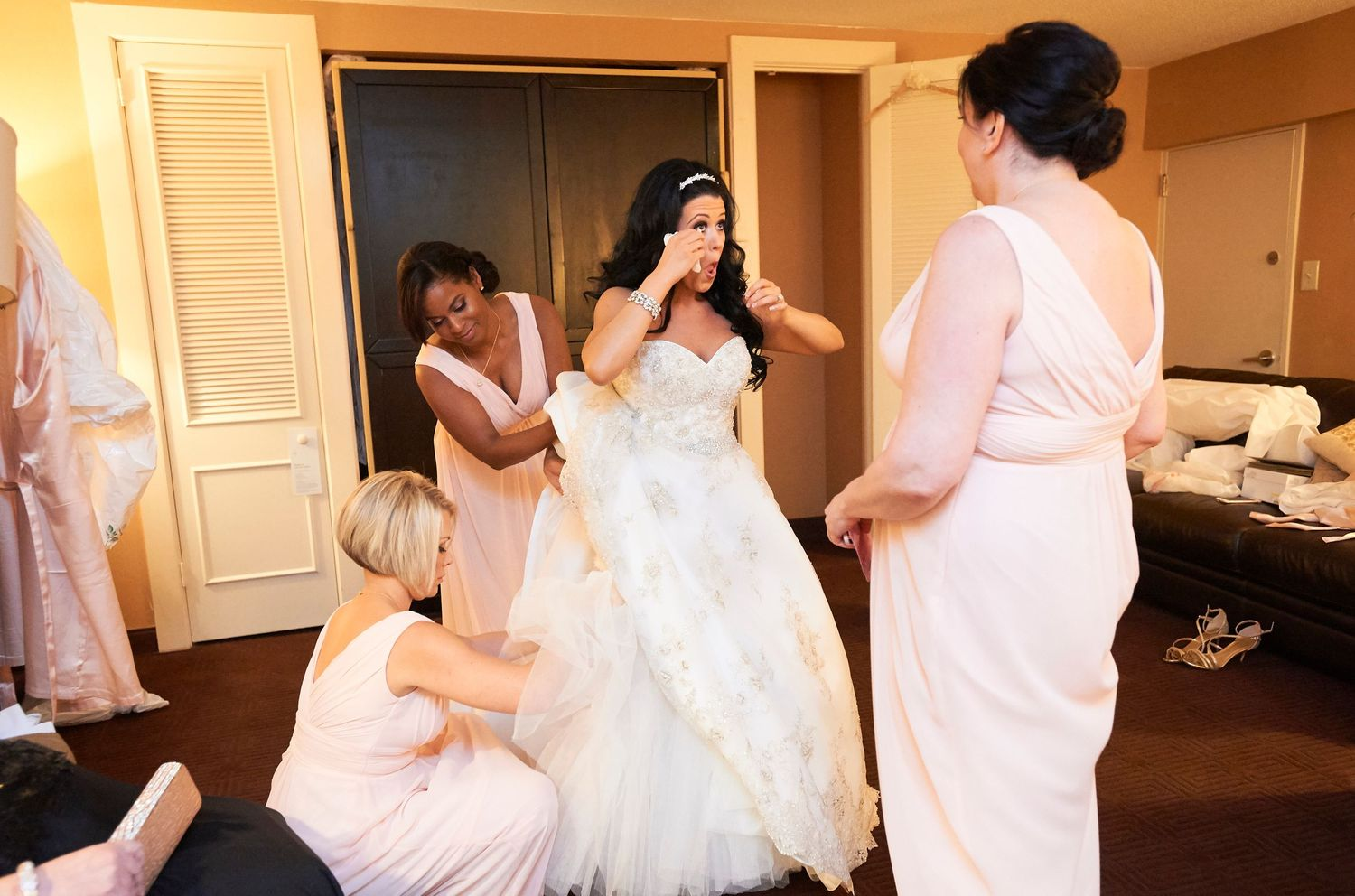 bride getting ready at the Marriott in Old City Philadelphia