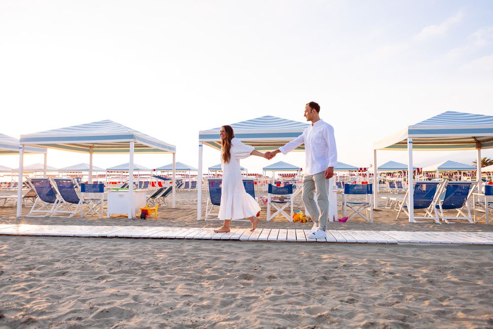 relaxed and natural wedding photography on Tuscan beach