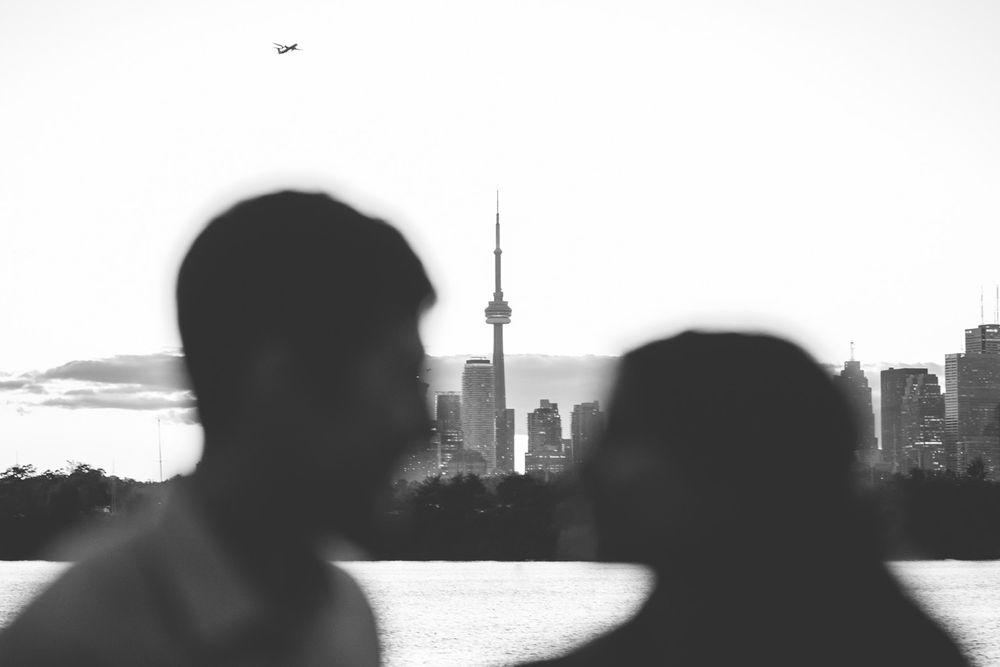 toronto skyline cn tower couple outline