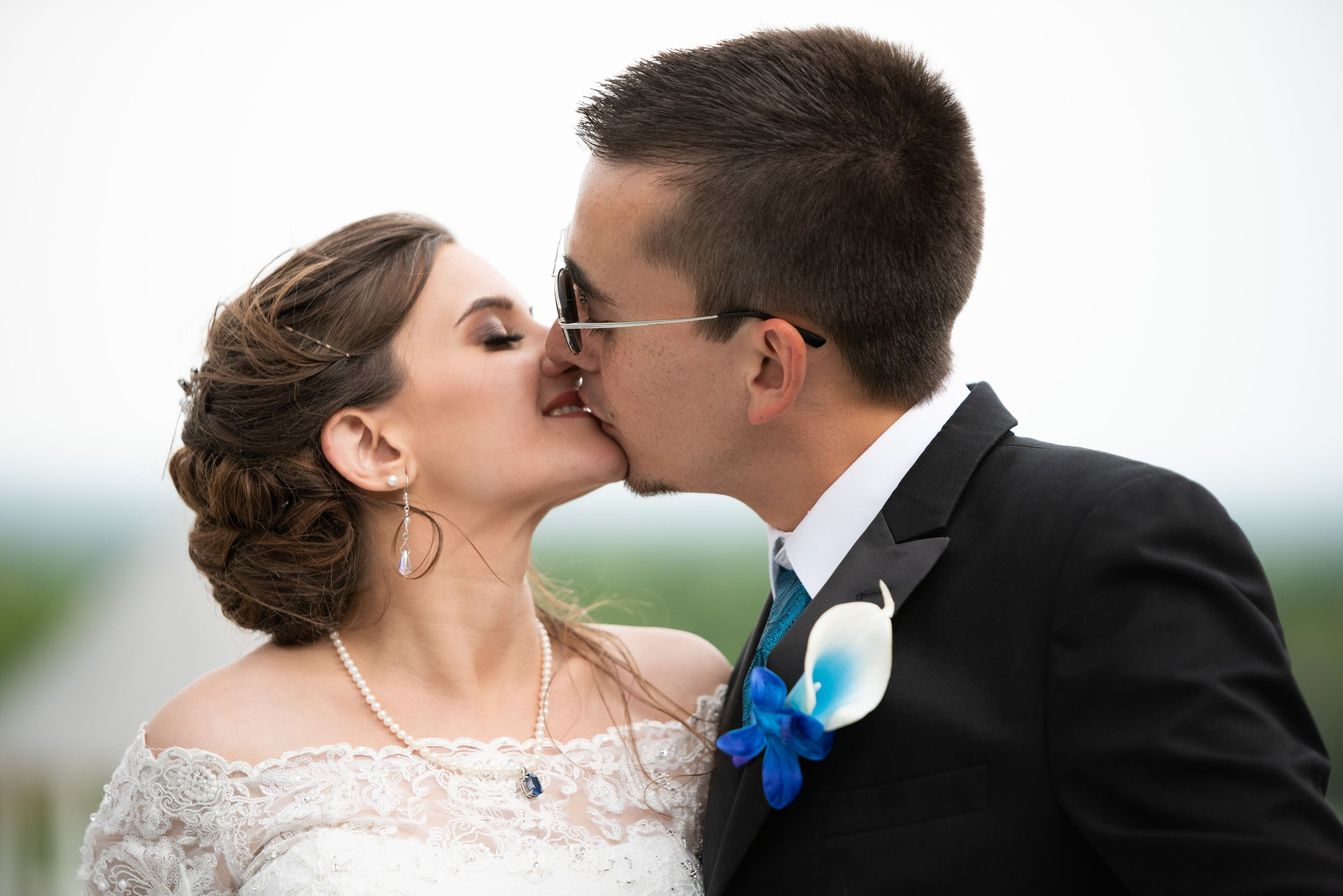 wedding kiss, Skyview Lodge, Brunswick, Ohio