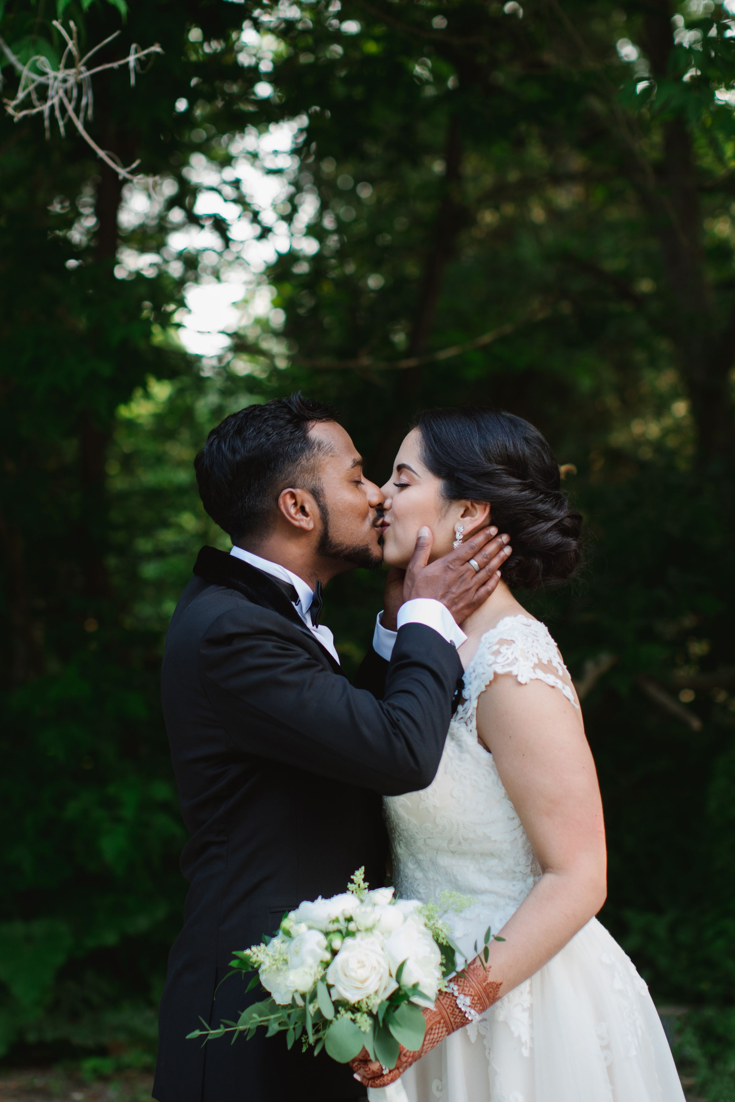 bride and groom kissing in forest rouge park toronto ontario