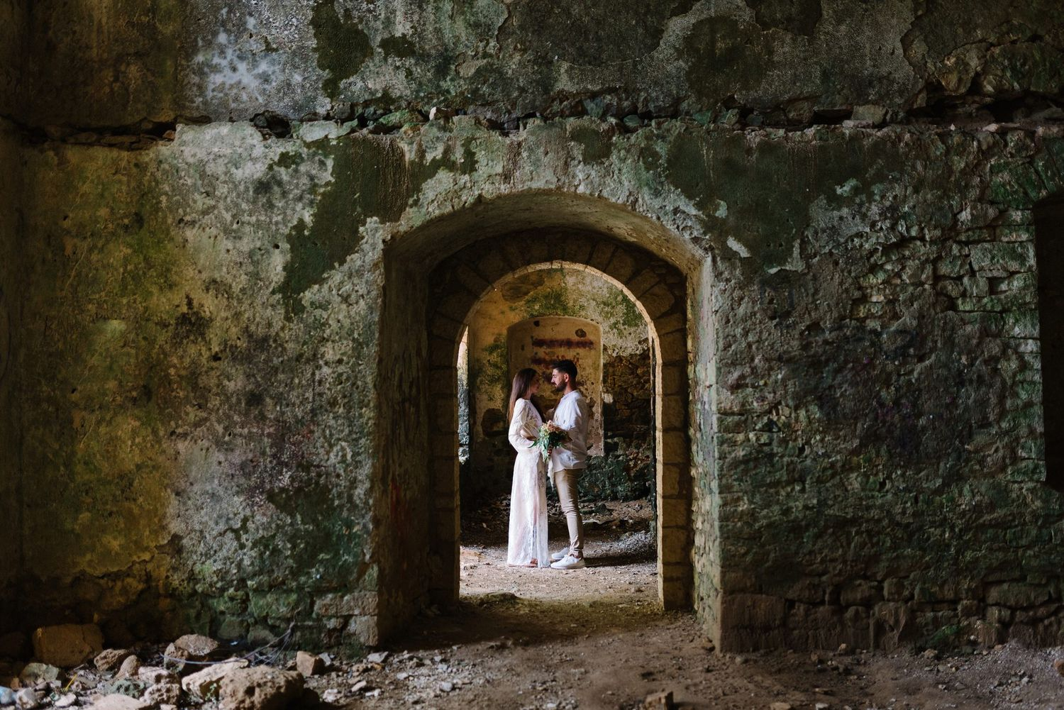 couple looking kissing in pantocrator castle in preveza