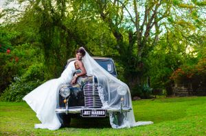Beautiful bride black old car Nicolas Fanny - Mauritius Wedding Photographer - Destination Wedding