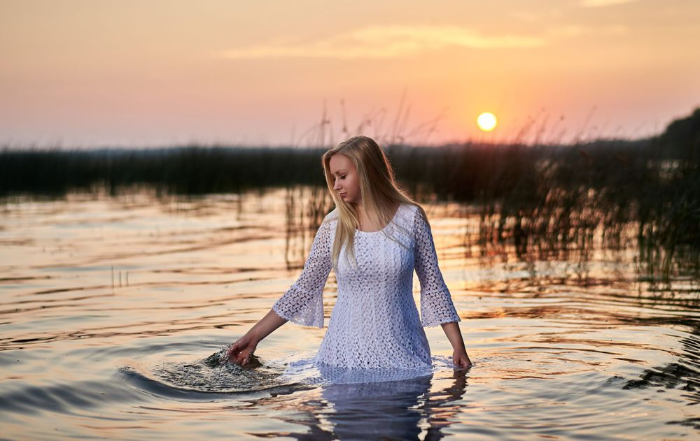 Senior picture in a lake