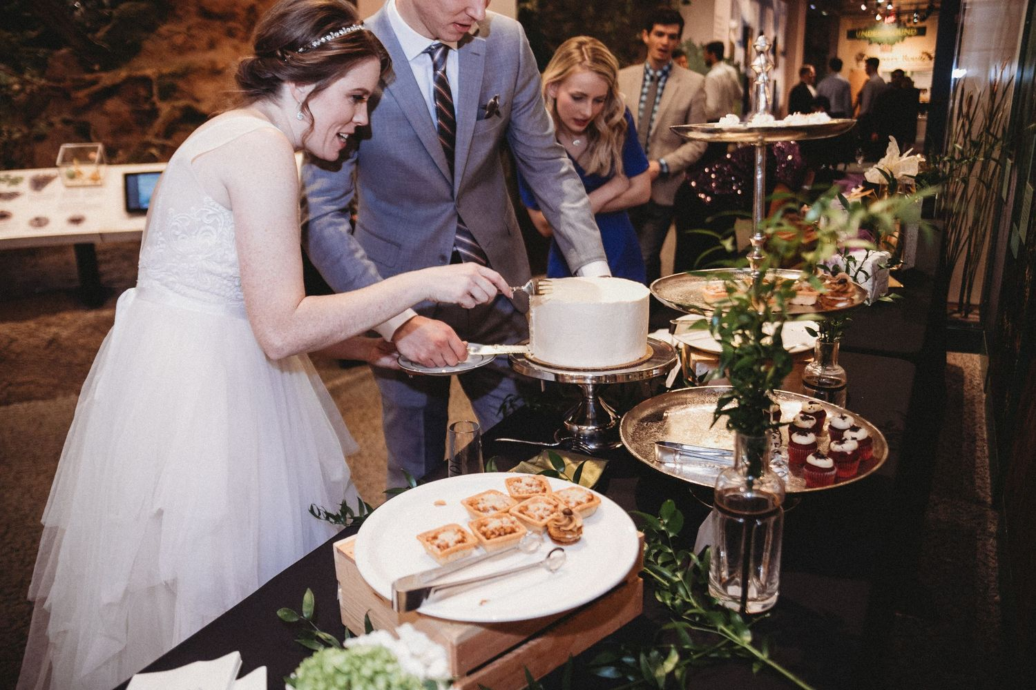 bride trying to get slice of cake onto plate