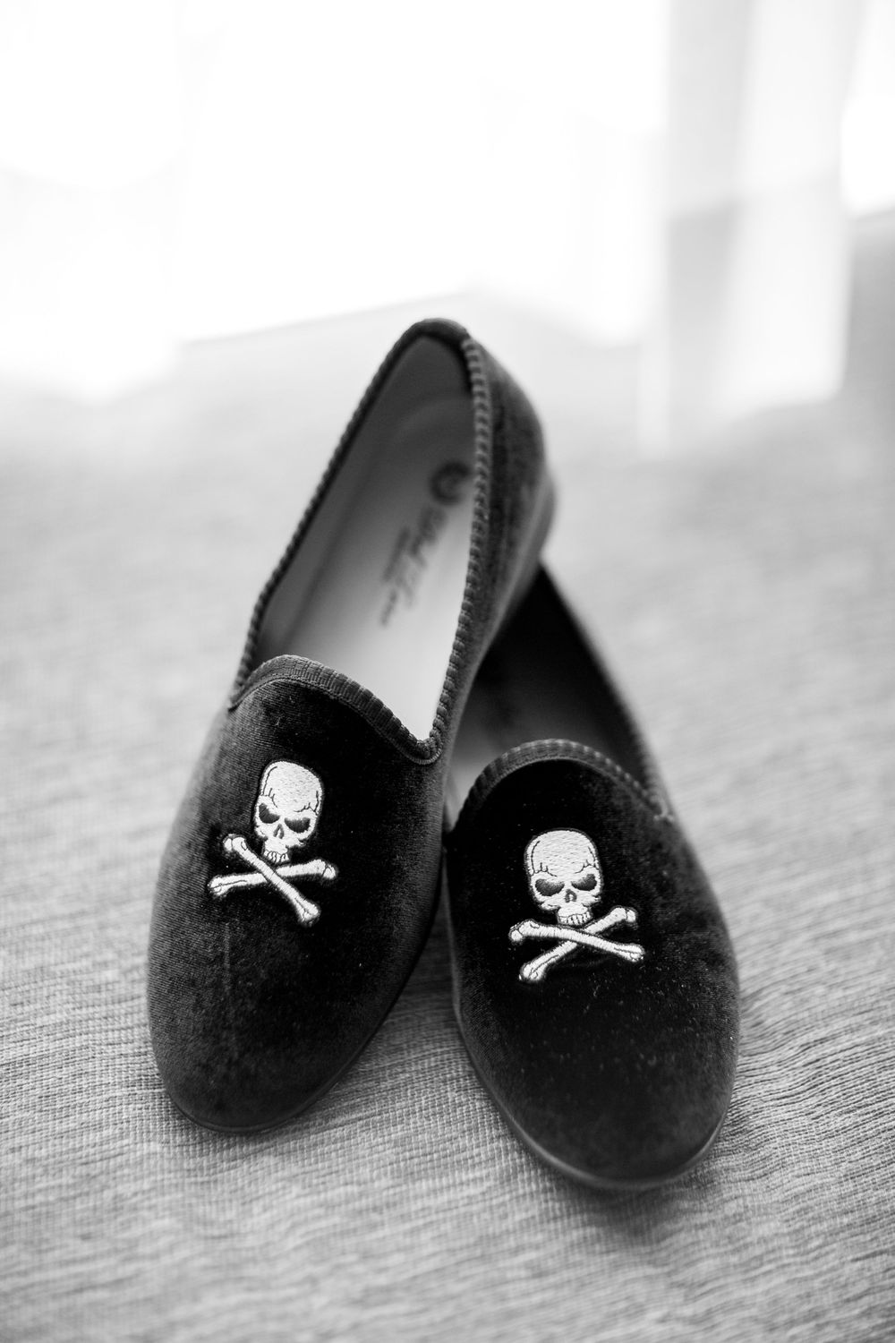 groom's shoes black with skulls
