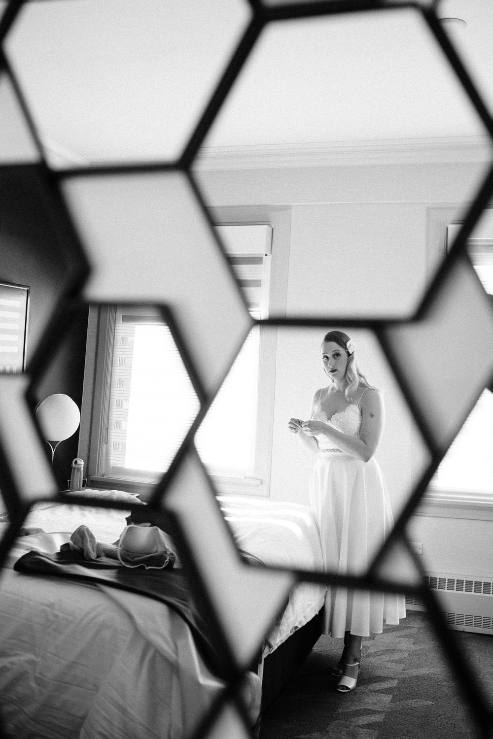 bride-getting-ready-through-mirror-photo-savory-hotel-desmoines-iowa-raelyn-ramey-photography