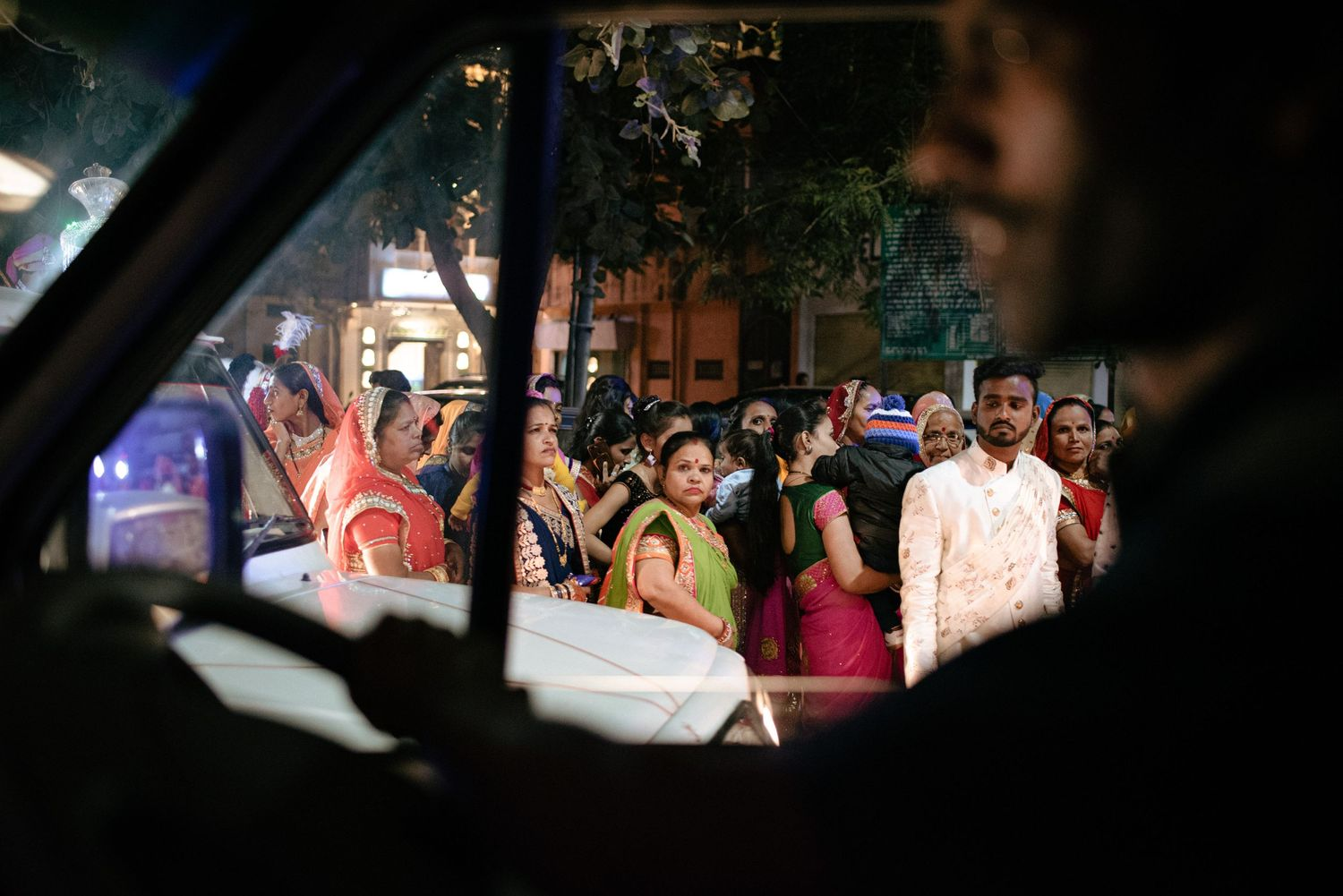 Crowd looking into taxi, Udaipur India.